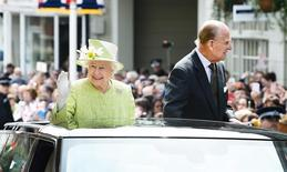 Rainha Elizabeth desfila em carro aberto para celebrar aniversário de 90 anos. 21/04/2016. REUTERS/John Stillwell/Pool
