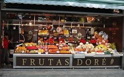 En la imagen, una frutería en el mercado de Antón Martín en Madrid, el 7 de marzo de 2016. La confianza del consumidor de la zona euro avanzó levemente en abril y superó las expectativas, mostró el jueves una estimación preliminar de la Comisión Europea. REUTERS/Paul Hanna
