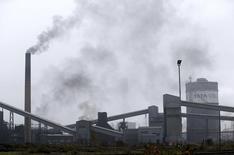 Usine Tata Steel de Scunthorpe, dans le nord de l'Angleterre. Le gouvernement britannique s'est dit jeudi prêt, si nécessaire, à prendre jusqu'à 25% du capital des activités du sidérurgiste Tata Steel pour favoriser leur reprise. /Photo prise le 11 avril 2016/REUTERS/Andrew Yates