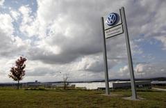 Volkswagen et la justice américaine sont parvenus à un accord de principe concernant les quelque 600.000 véhicules concernés aux Etats-Unis par le scandale du trucage des tests anti-pollutio. L'accord prévoit des offres de rachat de véhicules. /Photo prise le 4 novembre 2015/REUTERS/Tami Chappell