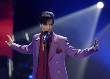 """Prince, em foto de arquivo durante performance na final do """"American Idol"""" em 2006. O cantor foi encontrado morto em sua casa aos 57 anos, segundo a mídia dos EUA. 24/05/2006. REUTERS/Chris Pizzello/Files"""