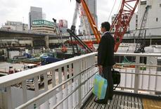 Tokyo, près de la gare Shinjuku. L'activité manufacturière s'est contractée en avril au Japon, à son rythme le plus marqué depuis trois ans, et la production a connu son ralentissement le plus net depuis deux ans, ,/Photo  prise le 19 avril 2016/REUTERS/Thomas Peter