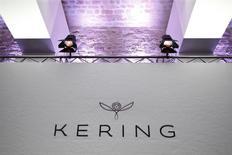 Kering est une des valeurs à suivre vendredi à la Bourse de Paris, au lendemain de la publication d'un chiffre d'affaires marqué par le ralentissement de Gucci, sa marque phare en pleine relance, et par la chute de Bottega Veneta, deuxième griffe de luxe du groupe, dans un environnement difficile pour le secteur.. /Photo prise le 29 février 2016/REUTERS/Charles Platiau