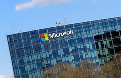Логотип Microsoft в Париже. 18 апреля 2016 года. Microsoft Corp отчиталась о квартальных  результатах, не дотянувших до прогнозов аналитиков и указывающих на то, что облачный бизнес компании не может компенсировать замедление на рынке персональных компьютеров. REUTERS/Jacky Naegelen