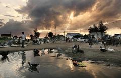 """Рынок на центральной площади города Момбане в Мозамбике. 27 апреля 2005 года. Мозамбик предоставил МВФ """"массу документов"""", признавшись, что его суверенный долг на $1,35 миллиарда выше, чем сообщала ранее страна, среди кредиторов которой - российский госбанк ВТБ и швейцарский Credit Suisse, сообщил источник в МВФ. REUTERS/Photosensitive/Andy Clark"""