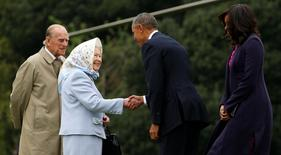 U.S. President Barack Obama and first lady Michelle Obama are greeted by Queen Elizabeth II and Prince Philip, Duke of Edinburgh upon their arrival for lunch at Windsor Castle in Windsor, Britain April 22, 2016. REUTERS/Kevin Lamarque T
