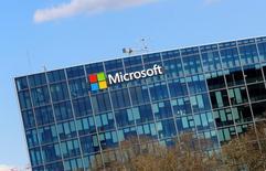 Microsoft Corp y Google, una unidad de Alphabet Inc, llegaron a un acuerdo para retirar todas las denuncias por asuntos de regulación que tenían interpuestas contra el otro, dijeron las empresas a Reuters. En la imagen, el logo de Microsoft en su sede de París, el 18 de abril de 2016. REUTERS/Jacky Naegelen