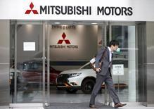 Es improbable que Mitsubishi Motors Corp dé una estimación de resultados para el actual año fiscal cuando reporte su balance anual esta semana, ante la incertidumbre sobre el impacto del escándalo por la manipulación de datos de uso de combustible, dijo el domingo a Reuters una fuente cercana a la compañía. En la imagen, un hombre sale de un concesionario de Mitsubishi en Tokio, el 21 de abril de 2016. REUTERS/Toru Hanai