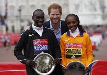 Athletics - 2016 Virgin Money London Marathon - London - 24/4/16 Great Britain's Prince Harry poses with the winner of the men's race Kenya's Eliud Kipchoge and the women's race Jemima Sumgong Action Images via Reuters / Paul Childs Livepic