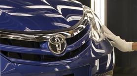 La automotriz japonesa Toyota Motor planea vender automóviles híbridos que se conecten a enchufes de electricidad en China a partir del 2018, dijo el domingo el jefe de operaciones en el país, Hiroji Onishi. En la imagen de archivo, un empleado de Toyota revisa un vegículo de la marca japonesa en una fábrica en Sorocaba, cerca de Sao Paulo, el 9 de agosto de 2012. REUTERS/Paulo Whitaker