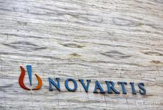 Логотип Novartis на здании в Мумбаи 1 апреля 2013 года. Швейцарский производитель лекарств Novartis обсуждает с банками возможность продажи своей доли стоимостью 13,5 миллиарда швейцарских франков ($13,8 миллиарда) в конкурирующей Roche, однако не в ближайшее время, сообщили два источника, знакомые с ситуацией. REUTERS/Vivek Prakash