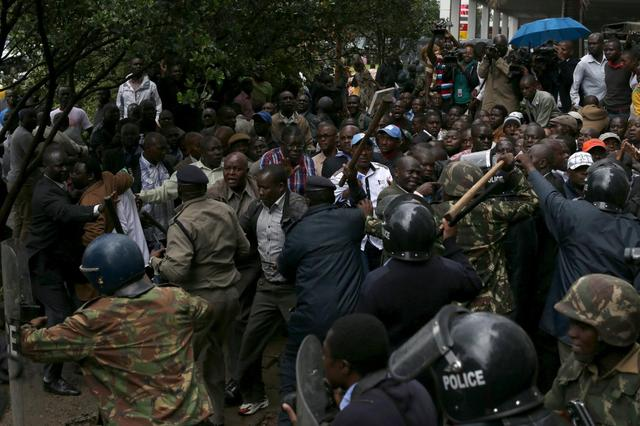 Kenyan police disperse a crowd consisting of opposition leaders and their supporters who are trying to enter the premises of the the office of the country's electoral commission to demand its disbandment ahead of next year's election in Nairobi, Kenya, April 25, 2016. REUTERS/Siegfried Modola