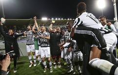 Jogadores da Juventus comemoram vitória sobre a Fiorentina pelo Campeonato Italiano. 24/04/2016 REUTERS/Stefano Rellandini