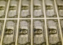 Billetes de 1 dólar en la Casa de Moneda de los Estados Unidos en Washington, nov 14, 2014. El dólar cayó el lunes frente al yen debido a que los operadores recogieron beneficios de la reciente alza del billete verde frente a la moneda japonesa, pero se debilitaba ante a otras destacadas divisas por expectativas de un reunión de la Reserva Federal dominada por los funcionarios moderados.     REUTERS/Gary Cameron/File Photo