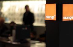 Orange confirme mardi l'ensemble de ses objectifs financiers pour 2016 en dépit d'une baisse de son excédent brut d'exploitation (Ebitda) au premier trimestre, liée pour partie à l'impact d'un plan d'actionnariat pour les salariés. Le chiffre d'affaires trimestriel s'est établi à 10,01 milliards d'euros et l'Ebitda retraité a reculé de 1,6% à 2,57 milliards d'euros. /Photo prise le 8 mars 2016/REUTERS/Eric Gaillard