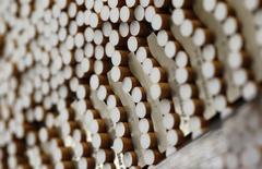 Сигареты на заводе British American Tobacco в Байройте, Германия 30 апреля 2014 года. British American Tobacco, второй крупнейший в мире производитель сигарет, сообщил во вторник, что рост прибыли будет ограничен и во второй половине текущего года, во многом из-за влияния колебаний валютных курсов. REUTERS/Michaela Rehle