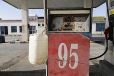 Заправочная станция на границе близ деревни Салва на границе Саудовской Аравии и Катара 29 января 2016 года. Население Саудовской Аравии с надеждой, сомнением и тревогой ожидает выхода плана правительства на этой неделе, призванного освободить королевство от нефтяной зависимости. REUTERS/Hamad I Mohammed