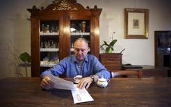 Domenico Bertini reads a letter from Banca Popolare di Vicenza in his house in Lonigo, near Vicenza, Italy, April 23, 2016. REUTERS/Stefano Rellandini