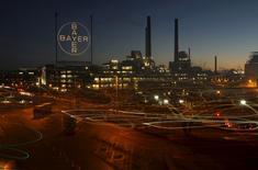 Una platan perteneciente a la alemana Bayer, en Leverkusen. 30 de enero de 2013. La farmacéutica alemana Bayer reportó un alza de 15,7 por ciento en sus ganancias subyacentes en el primer trimestre, impulsadas por las ventas de medicamentos bajo receta, como el tratamiento contra la ceguera Eylea y la píldora para prevenir ataques cardíacos Xarelto. REUTERS/Ina Fassbender/File Photo