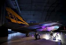 L'avion de combat Lockheed Martin F-35 Lightning II.   Lockheed Martin est l'une des valeurs à suivre mardi à Wall Street après avoir annoncé une hausse de 15,7% de son chiffre d'affaires trimestriel et relevé ses objectifs annuels. /Photo d'archives/REUTERS/Gary Cameron