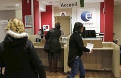 Le chômage a reculé de 1,7% en mars en France, selon les chiffres publiés mardi par le ministère du Travail. Le nombre de demandeurs d'emploi de catégorie A (sans aucune activité) s'est contracté de 1,7% sur un mois, à 3.531.000, soit 60.000 personnes de moins qu'à fin février. Un recul d'une telle ampleur est inédit depuis septembre 2000. /Photo prise le 4 mars 2016/REUTERS/Régis Duvignau