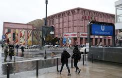 Centre commercial dans le centre de Berlin. Le moral du consommateur remonte en Allemagne à l'approche du mois de mai, selon l'indice Gfk, les Allemands se montrant plus optimistes pour l'état de leurs finances personnelles. /Photo prise le 4 février 2016/REUTERS/Fabrizio Bensch