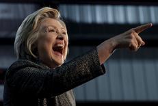 Хиллари Клинтон на предвыборном выступлении в Хаммонде, штат Индиана. Республиканец Дональд Трамп и Хиллари Клинтон, представляющая Демократическую партию, одержали победы на первичных выборах в штатах Северо-востока США во вторник, продемонстрировав подавляющее преимущество, и сразу направили огонь друг на друга, показывая возможную картину противостояния на ноябрьских выборах. REUTERS/Jim Young