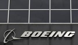 El logo de Boeing en su sede en Chicago, Estados Unidos. 24 de abril de 2013. Boeing Co reportó el miércoles una baja de casi 9 por ciento en sus utilidades trimestrales, afectadas por un cargo tras impuestos vinculados a su avión de reabastecimiento de combustible KC-46 que está desarrollando para la Fuerza Aérea de Estados Unidos. REUTERS/Jim Young