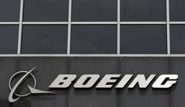 Логотип Boeing на здании штаб-квартиры компании в Чикаго. Boeing Co отчитался о почти 9-процентном падении квартальной прибыли из-за расходов, связанных с самолётом-заправщиком, который компания разрабатывает для ВВС США.  REUTERS/Jim Young/Files