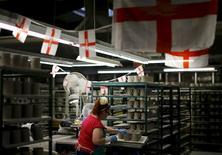 Una mujer trabajando en la Fábrica Portmeirion, en Stoke-on-Trent, Inglaterra. 16 de febrero de 2015. La economía británica se desaceleró a principios de este año, golpeada por la debilidad de la economía global y la incertidumbre previa al referéndum de este año sobre la membresía del Reino Unido a la Unión Europea, en momentos en que depende del sector de servicios para generar crecimiento. REUTERS/Darren Staples/Files