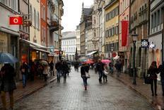 Personas caminando por una calle comercial en la ciudad de Konstanz, Alemania. 17 de enero de 2015. La confianza de los consumidores alemanes mejoró de cara a mayo, ya que los consultados se mostraron sumamente optimistas respecto a sus ingresos futuros, indicó un sondeo publicado el miércoles, en una nueva señal de que el consumo privado seguirá apoyando a la mayor economía de Europa. REUTERS/Arnd Wiegmann