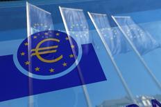 Banderas de la Unión Europea se reflejan en una ventana en la sede del Banco Central Europeo, en Fráncfort, Alemania. 21 de abril de 2016. Dos miembros del Banco Central Europeo desestimaron el miércoles la necesidad de entregar más estímulo en el corto plazo e hicieron un llamado a tener paciencia y a esperar a que las medidas establecidas surtan efecto. REUTERS/Ralph Orlowski