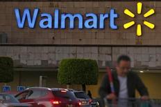 """Un comprador sale de una tienda Wal-Mart en Ciudad de México. 24 de marzo de 2015. Las acciones de la gigante minorista Wal-Mart de México (Walmex) subían fuerte el miércoles en la bolsa local tras reportar resultados del primer trimestre mejores a los esperados y luego de que la correduría del banco HSBC elevó su recomendación para los títulos a """"comprar"""" desde """"mantener"""". REUTERS/Edgard Garrido"""