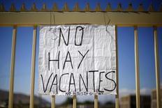 Un anuncio a las afueras de una obra en Santiago, nov 10, 2014. La tasa de desempleo en Chile habría subido al 6,1 por ciento en el primer trimestre, en una confirmación de un esperado deterioro del mercado laboral ante una debilitada economía y un nulo repunte de la inversión, mostró el miércoles un sondeo de Reuters.  REUTERS/Ivan Alvarado