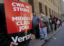 Members of the Communications Workers of America (CWA) picket in front of Verizon Communications Inc. corporate offices during a strike in New York City, April 13, 2016. REUTERS/Brendan McDermid