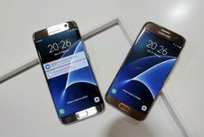Samsung Electronics a annoncé jeudi une hausse de 12% de son bénéfice d'exploitation du premier trimestre, une progression supérieure à ce que le géant électronique sud-coréen avait laissé entendre au début du mois, à la faveur notamment de ventes meilleures que prévu de son smartphone Galaxy S7. /Photo prise le 21 février 2016/REUTERS/Albert Gea