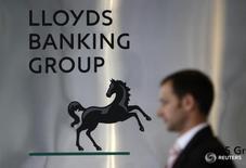 Человек проходит мимо логотипа  Lloyds Banking Group в центре Лондона 5 августа 2009 года. Банк Lloyds Banking Group в четверг отчитался о базовой прибыли, совпавшей с ожиданиями, сохранив выручку за первый квартал на прежнем уровне и сократив объем плохих кредитов, несмотря на сложные экономические условия. REUTERS/Stefan Wermuth