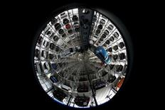 Volkswagen tiene la oportunidad de conseguir un crecimiento sólido en sus negocios operativos este año, aún cuando enfrenta un escándalo de emisiones de vehículos diésel y un reposicionamiento estratégico, dijo su presidente ejecutivo, Matthias Mueller. En la imagen, varios vehículos de la marca Volkswagen aparecen almacenados en una torre situada en una de las plantas del fabricante automotriz, en Wolfsburgo, Alemania, el 28 de abril de 2016.    REUTERS/Fabrizio Bensch