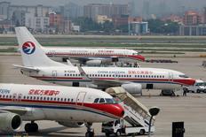 La compagnie aérienne China Eastern Airlines a annoncé jeudi avoir commandé 35 avions, 15 Boeing 787-9 et 20 Airbus A350-900, livrables à partir de 2018. /Photo d'archives/REUTERS/Aly Song