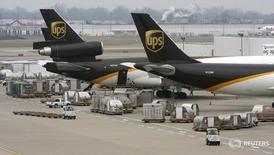 Самолеты United Parcel Service в Луисвилле, Кентукки 21 декабря 2009 года. Квартальная прибыль американской United Parcel Service Inc превысила прогнозы благодаря увеличению объемов отправлений, связанных с онлайн-торговлей, и сокращению расходов.  REUTERS/John Sommers II/Files