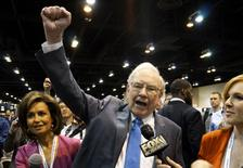 "Berkshire Hathaway CEO Warren Buffett yells ""Go big red!"", the Nebraska Cornhuskers chant, prior to the Berkshire annual meeting in Omaha, Nebraska May 2, 2015. REUTERS/Rick Wilking/File Photo"