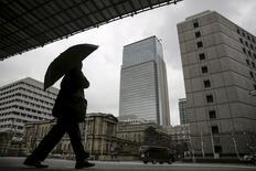 Homem caminhando em frente sede do banco central do Japão, em Tóquio.    15/02/2016        REUTERS/Thomas Peter/Files