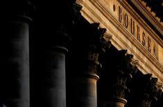 La Bourse de Paris est attendue en net repli à l'ouverture dans le sillage de Wall Street.  A 8h14, le contrat sur l'indice CAC 40 cède 1,04%. /Photo d'archives/REUTERS/Christian Hartmann