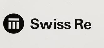 Логотип Swiss Re на штаб-квартире компании в Цюрихе. Компания Swiss Re, второй крупнейший перестраховщик в мире, отчиталась о снижении чистой прибыли в первом квартале в пятницу и сообщила, что ожидает сохранения неблагоприятных рыночных условий в течение 2016 года.  REUTERS/Arnd Wiegmann