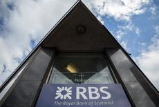 Un cartel del banco The Royal Bank of Scotland, en el centro de Londres, Gran Bretaña. 20 de mayo de 2015. El prestamista británico Royal Bank of Scotland reportó el viernes una pérdida incrementada en el primer trimestre, luego de que unos menores ingresos, costos de reestructuración y venta lentas de activos revelaron la magnitud de los problemas que aún enfrenta. REUTERS/Neil Hall