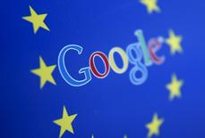 El logo de Google junto al de la Unión Europea, en Sarajevo, Bosnia y Herzegovina. 15 de abril de 2015. Google se enfrentaría a su primera sanción antimonopolio este año, con pocas expectativas de llegar a un acuerdo en un caso con el regulador de la Unión Europea por sus servicios de compra, dijeron personas familiarizadas con el asunto. REUTERS/Dado Ruvic