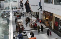 Personas comprando en un centro comercial, en Garden City, Nueva York, Estados Unidos. 22 de febrero de 2015. La inflación en Estados Unidos apenas se aceleró en marzo porque el gasto de los consumidores siguió contenido, haciendo menos probable que la Reserva Federal pueda continuar con su propósito de elevar las tasas de interés dos veces este año. REUTERS/Shannon Stapleton