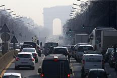 Les immatriculations de voitures neuves ont augmenté de 7,1% en données brutes le mois dernier par rapport à avril 2015. Cette hausse profite davantage aux constructeurs étrangers (+8,8%) qu'aux groupes français (+5,7%). /Photo d'archives/REUTERS/Charles Platiau