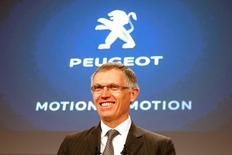 Carlos Tavares, PDG de PSA Peugeot Citroën. Le groupe automobile est l'une des valeurs à suivre à la Bourse de Paris après l'annonce par le Comité des constructeurs français d'automobiles d'immatriculations de voitures neuves en hausse de 7,1% en données brutes le mois dernier en France par rapport à avril 2015, avec une progression de 6,2% pour Renault (marques Renault et Dacia) et de 5,3% pour Peugeot et Citroën. /Photo prise le 24 février 2016/REUTERS/Charles Platiau