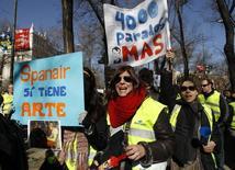 La Audiencia Provincial de Barcelona anunció el lunes que ha decidido calificar fortuito el concurso de acreedores de la aerolínea Spanair dejando sin efecto la inhabilitación y las multas impuestas en su día por un juzgado mercantil a los administradores. En la imagen de archivo, trabajadores de Spanair durante una protesta en Madrid, 9 de febrero de 2012. REUTERS/Andrea Comas